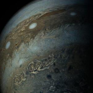 Zpracovaný snímek Jupiteru ze zatím posledního průletu (pátého vědeckého a celkově šestého), který proběhl v květnu.