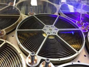 Inspekce optiky koncentrátorů pod černým světlem, kdy se hledají stopy prachu a dalších cizích objektů, které by mohly negativně ovlivnit funkci přístroje ve vesmíru.