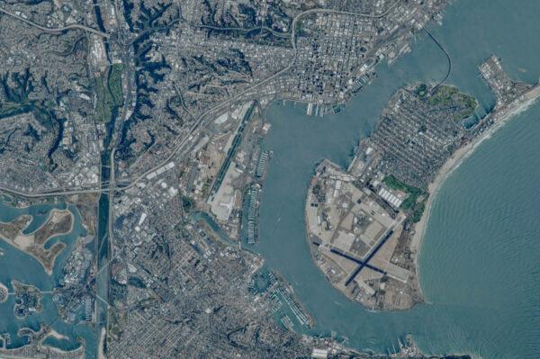 Velké letiště v San Diegu, které zabírá značnou část Severního ostrova. Letiště z vesmíru pro Shanea Kimbrougha a Jacka Fishera.