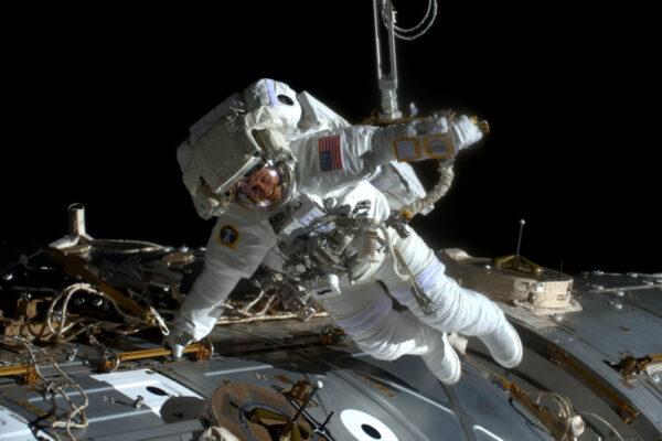 Vypadá to, že výstupy do volného prostoru dávají Jacku Fisherovi křídla! Hezká póza, příteli. A dobrá práce při uvádění Mezinárodní vesmírné stanice do pořádku. Jack a Peggy vyměnili porouchaný počítač za záložní během krátké EVA.