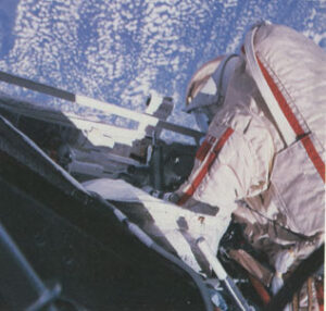 Kizim během práce na palivovém systému Saljutu
