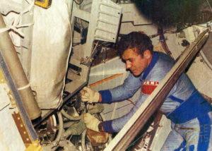 Alexandrov během práce v interiéru Kosmosu-1443