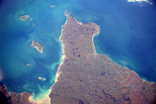 Pohled na Cotentin a Caen s Normánskými ostrovy vlevo.