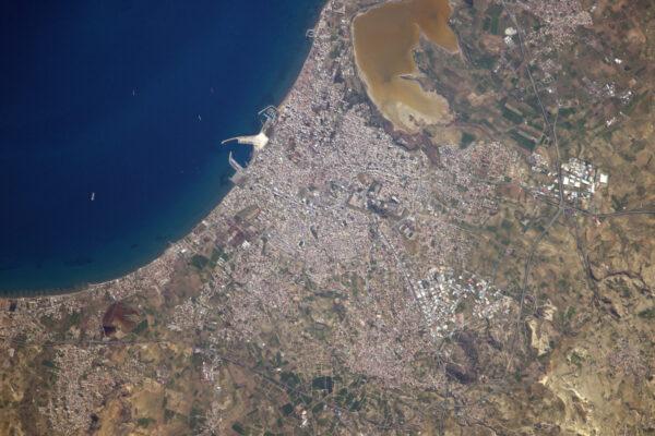Město Larnaca. Zde je umístěno hlavní letiště Kypru ;)