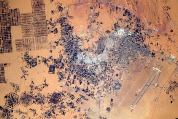 Jaké je to ale podivuhodně tvarované město nacházející se na hranici Libye a Egypta… ale je tam letiště!