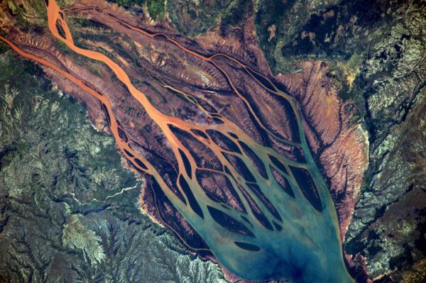 (3/3) Řeka Betsimboka v Madagaskaru – jedna z nejneuvěřitelnějších krajin, jaké jsem doposud viděl. Se zářivými odstíny červené a fialové mísící se s modrou a svěží zelenou. Madakaskar a Afrika jsou z vesmíru tak krásné!