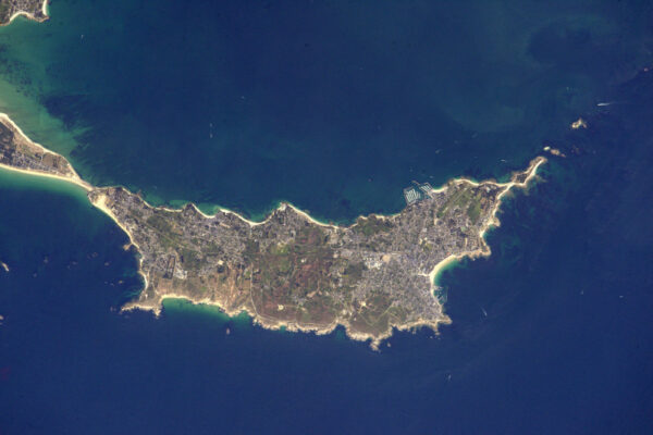 Nádherný poloostrov Quiberon, populární turistická destinace.
