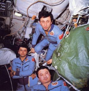 Kosmonauti sledují televizní přenos prvomájových oslav.