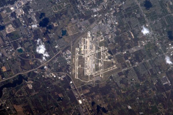 Letiště z vesmíru, americká sekce (Shane, dělám, co můžu): Detroit Metro DTW/KDTW. Je tady tolik ranvejí, že se určitě nechcete splést a přistát na špatné!