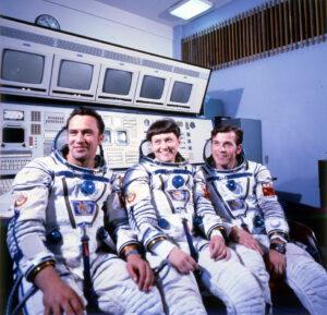 Posádka Sojuzu T-7: (zleva) Popov, Savickaja, Serebrov