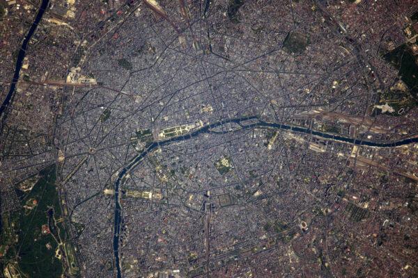 Paříž bez jediného mráčku. Nemůžu se dočkat, až ji zase uvidím zblízka! Mimochodem, dnes začíná Roland Garros :)