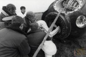 Mírně nedůstojné zakončení velké mise: Berezovoj a Lebeděv konečně zpět na pevné zemi