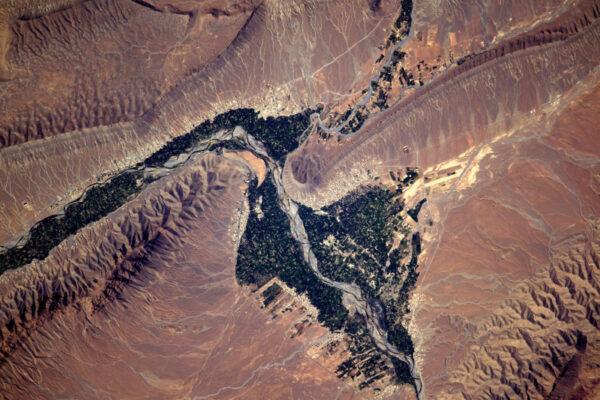 Zemědělství vměstnané mezi řeku a hory.