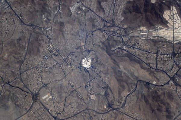 Pohled na Mekku, svatého města Islámu, z ptačí perspektivy.