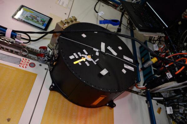 Schránka experimentu Fludics. Ukazuji pouze hardware, skutečný experiment je více technický a zahrnuje nahrávání přelévání kapalin, které bude analyzováno na Zemi.