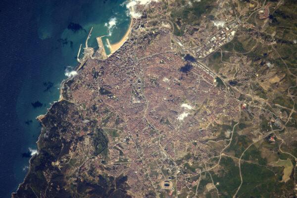 Tangier severně od Maroka. Vypadá to, jako byste odtamtud kamenem dohodili do Španělska.