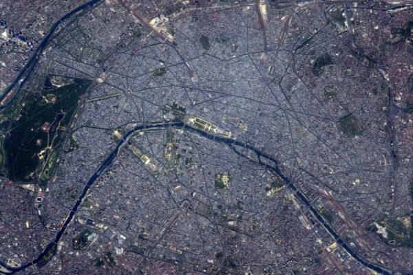 Konečně denní fotka Paříže během víkendu. Metropole rozléhající se daleko za okraje této fotografie. Na téhle fotce je toho tolik co objevovat! Doufám, že každý dokáže najít něco, co zná, známé památky, ulice, na kterých žijí, restaurace se skvělými jídly, muzea a další, co může Paříž nabídnout.