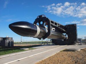 """Raketa Electron """"zavěšená"""" na erektoru"""