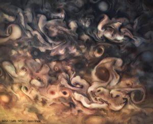 Jeden z prvních zpracovaných snímků z květnového průletu sondy Juno nejnižším bodem dráhy.