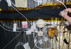 Uprostřed fotky je vidět nainstalovaný polokulovitý kryt radiačního senzoru vytištěný na 3D tiskárně.