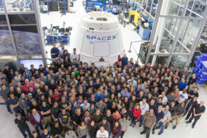 Zaměstnanci SpaceX u Dragonu pro misi CRS-11 (najdete na fotce Davida Pavlíka?)