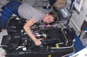 Peggy Whitson při údržbě zařízení CDRA