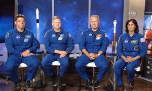 Astronauti určení pro první lety komerčních lodí Dragon 2 a Starliner (zleva Behnken, Boe, Hurley, Williams)