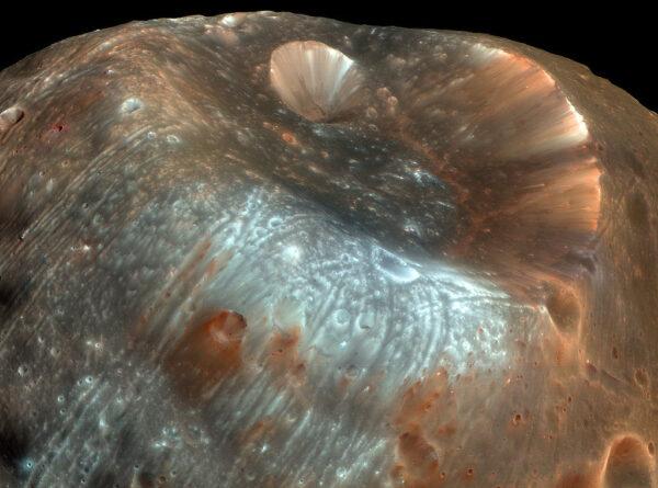 Kráter Stickney. Zdroj NASA/JPL-Caltech/University of Arizona