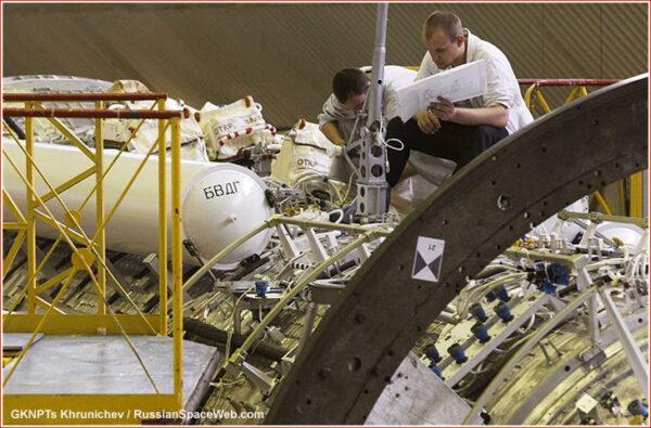 Rok 2013 - snaha o záchranu Nauky nekončí. Bílý válec vlevo za plošinou je jedna z šestice nádrží, které rozhodnou o dalším osudu modulu.