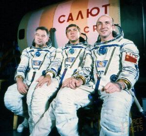 Posádka Sojuzu T-14: (zleva) Grečko, Volkov, Vasjutin