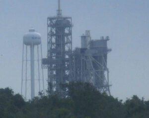 Pohled na rampu 39A s raketou Falcon 9 připravenou ke statickému zážehu BulgariaSat-1.