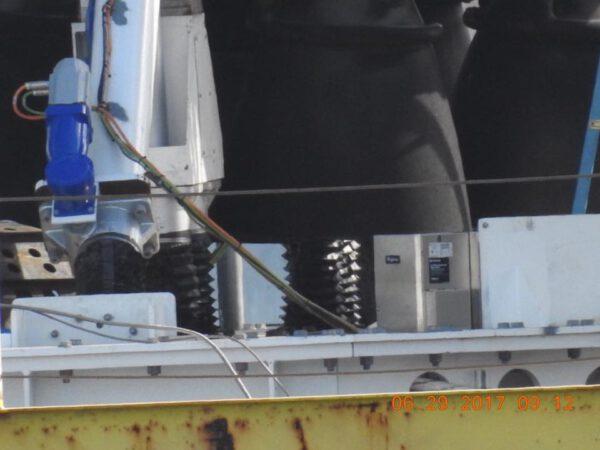 Fotograf je na úrovni paluby - proto jsou pokusy o vyfocení těla robota nepříliš úspěšné.