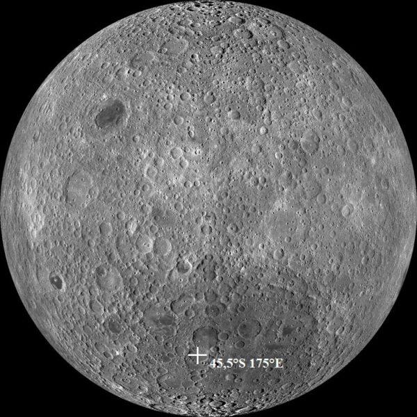 Mapa odvrácené strany Měsíce s vyznačeným místem přistání Čchang'e 4 v kráteru Von Kármán.