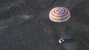 Okamžik přistání Sojuzu, kdy se jen pár metrů nad zemí zažehnou brzdící motory, které vždy zvíří velké množství prachu a zmírní tvrdý náraz na zemi.