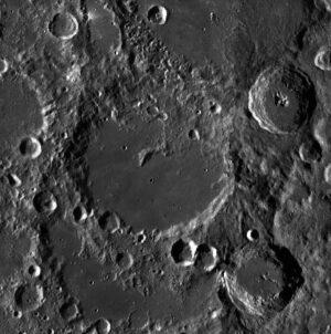 Detailní fotografie kráteru Von Kármán pořízená americkou sondou LRO.