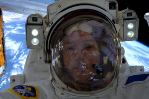 Thomas Pesquet během kosmické vycházky.