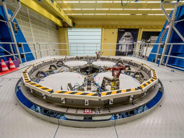 Pohled na horní část letového exempláře evropského servisního modulu pro loď Orion.