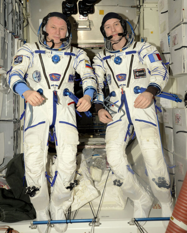 Oleg Novickij (vlevo) a Thomas Pesquet (vpravo) ve skafandrech Sokol.