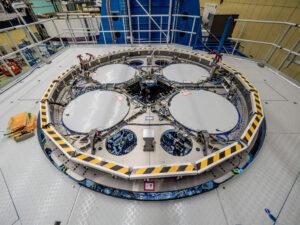 Horní část servisního modulu pro EM-1 se zakrytovanými otvory pro palivové nádrže, 14. června