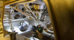 Skenovací elektronový mikroskop se zaměřeným iontovým paprskem, který dokáže do prachového zrnka doslova vyvrtat díru!
