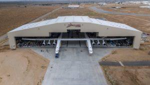 Historicky první vývoz letounu Stratolaunch z montážního hangáru.