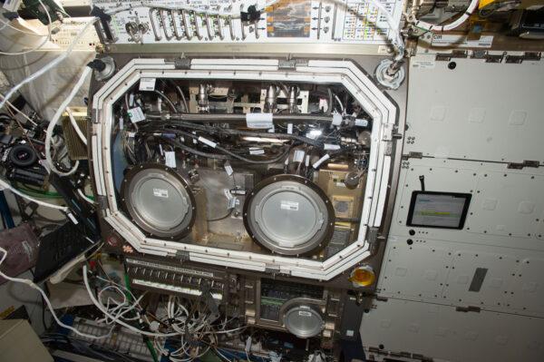 Glovebox na ISS s novým předním rámem a oknem.