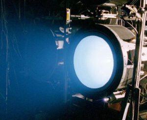 Iontový motor urychlí vesmírnou sondu jen o několik kilometrů za hodinu v řádu dní, za tu dobu však spotřebuje minimum paliva.