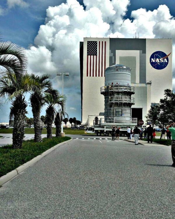 Horní stupeň ICPS během přesunu do Space Station Processing Facility