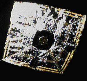 Fotografie historicky první úspěšné sluneční plachetnice IKAROS na cestě do meziplanetárního prostoru.