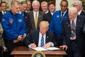 Donald Trump při podpisu dokumentu, který obnovuje Národní radu pro kosmonautiku.