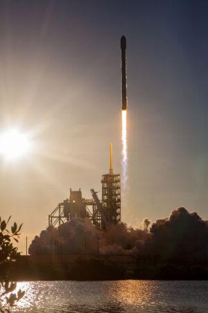 Působivá fotka z dnešního startu Falconu 9 s družicí Intelsat 35e