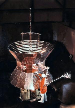 Srovnání velikosti sondy Helios s lidskou postavou.