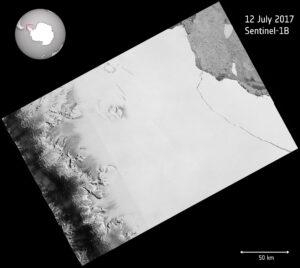 Obří ledovec z šelfu Larsen C se odlomil - snímek ze sondy Sentinel 1B