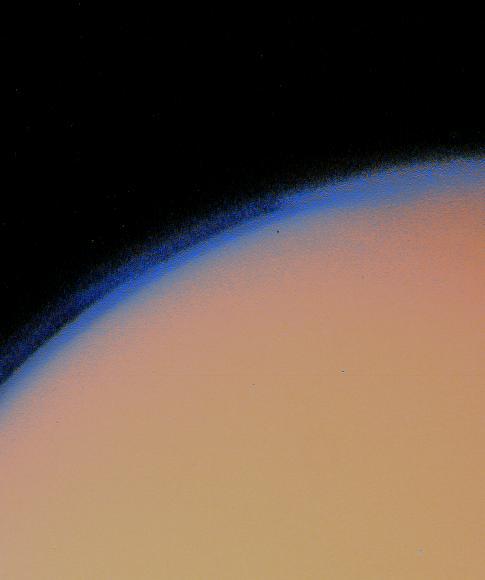 Na snímcích z Voyageru 1 vidíme hustou oblačnost kryjící titan. Měření ostatními přístroji však ukázala, jak je tento měsíc zajímavý.